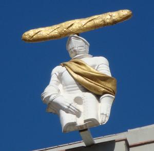 фигура с хлебом музей Дали 600 х 591