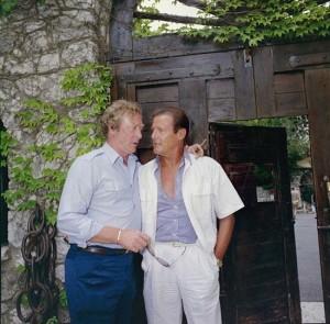 Майкл Кейн и Роджер Мур в Золотой голубке 550 х 542