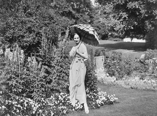 Анна Павлова в саду поместья Айви-Хаус