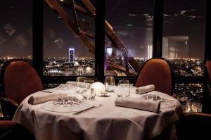 фото_зал ресторана Жюль Верн 700 х 466