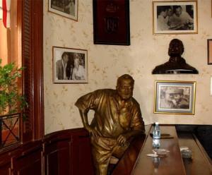 скульптура Хемингуэя в баре Флоридита 750 х 621