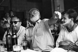 фотография_Хемингуэй в баре Флоридита 650 х 434