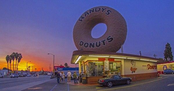 гигантский пончик малой сети Randy's Donuts