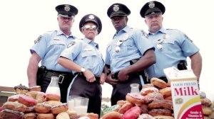 полицейские на фоне пончиков_шуточное фото