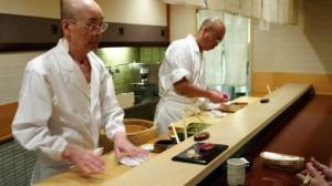 суши-шеф дзиро оно за рабочим столом