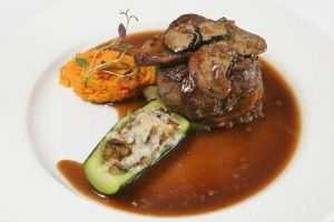 Филе-миньон Лили с тушеными овощами-titanik