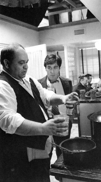 сцена из фильма Крестный отец-Клеменца учит Майкла Корлеоне готовить---