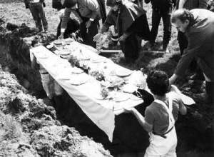 Daniel_Spoerri_dejeuner-sous-l-herbe-funeral-of-the-snare