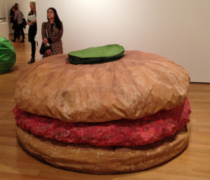 Гигантский гамбургер (1962)_автор Клаас Ольденбург-giant-hamburger-1962