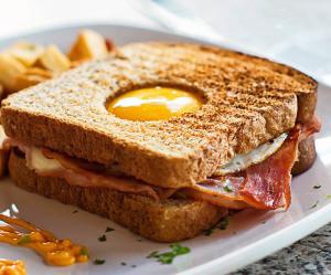 сэндвич яйцо в норке 800 х 666