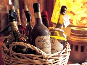 бутылки кальвадос в корзине-300x225