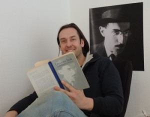 Christian Kjelstru-читает посетителям магазина книгу Pessoa.