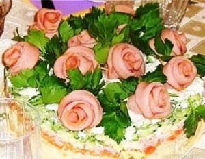 картофельный салат с розами из докторской колбасы