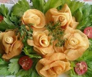 розы из картофельных чипсов