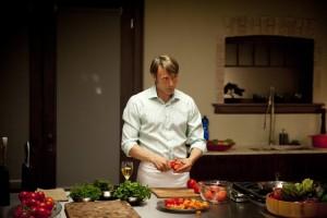 Ганнибал--Мадс Миккельсен у кухонной плиты-3