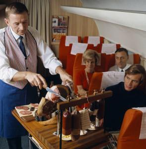 airlinefood_обед на борту Boeing 747_стюарт на раздаче.