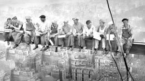 фото обед на небоскребе-рокфеллер центр-1932