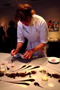 Шеф-повар Грант Акац за работой 600 х 900