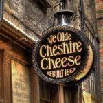 вывеска лондонского паба Старый чеширский сыр