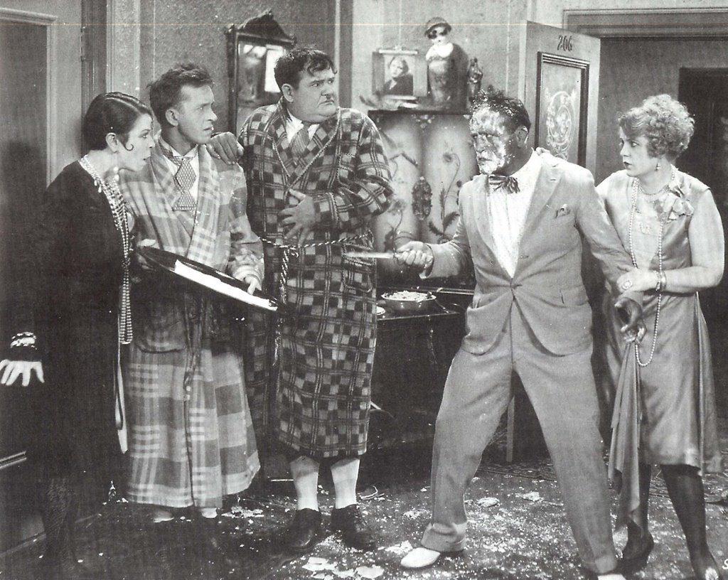 фарсовые комедии- метание торта в лицо- Лорел и Харди
